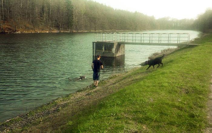 Fago z koleżanką nad wodą